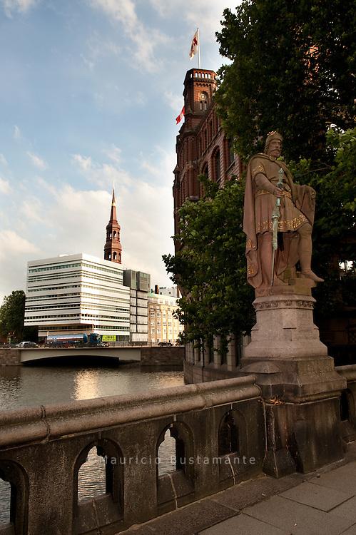 Die Trostbrücke stellt die älteste Verbindung zischen Alt- und Neustadt dar. Sie stammt aus dem Jahr 1266. Die Brücke wurde von 1881 bis 1883 erneuert und zwei Statuen wurden hinzugefügt. Mit rund 2500 Brücken ist Hamburg Spitzenreiter bei den Brücken und wird somit nicht zu unrecht das Venedig des Nordens genannt.
