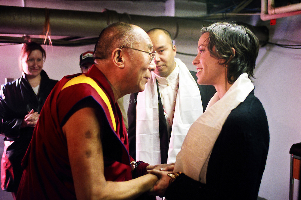 Alanis Morissette, a supporter of the Tibetan cause, gave a performance at the Dalai Lama's public talk in Ottawa, April 2004. //// La chanteuse Alanis Morissette, sympathisante de la cause tibétaine, avec le Dalaï-lama à Ottawa, avril 2004.