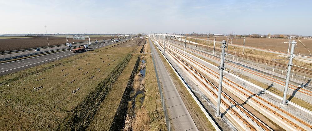 Nederland, Zevenbergense Hoek, 20060313..HSL lijn ligt parallel aan de A16 en de gewone spoorlijn..Hoge snelheids spoorlijn, trein.