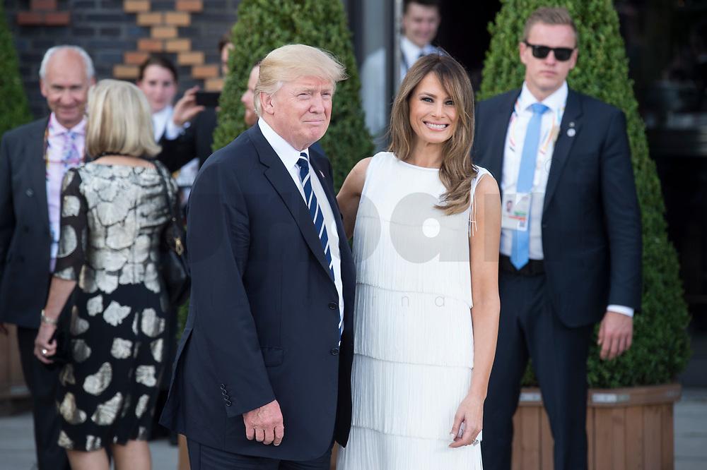 Donald Tump (L), Praesident Vereinigte Staaten von Amerika, nach dem Familienfoto der G20 Teilnehmer und ihrer Partner vor der Elbphilharmonie<br /> IMAGE: 20170707-02-031<br /> KEYWORDS: G20 Summit, Deutschland, Elphi