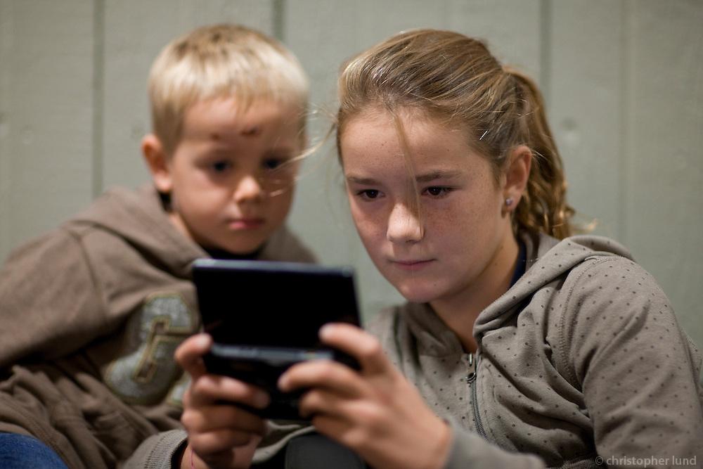 Manon að sýna Ara Carl leik í Game Boy.
