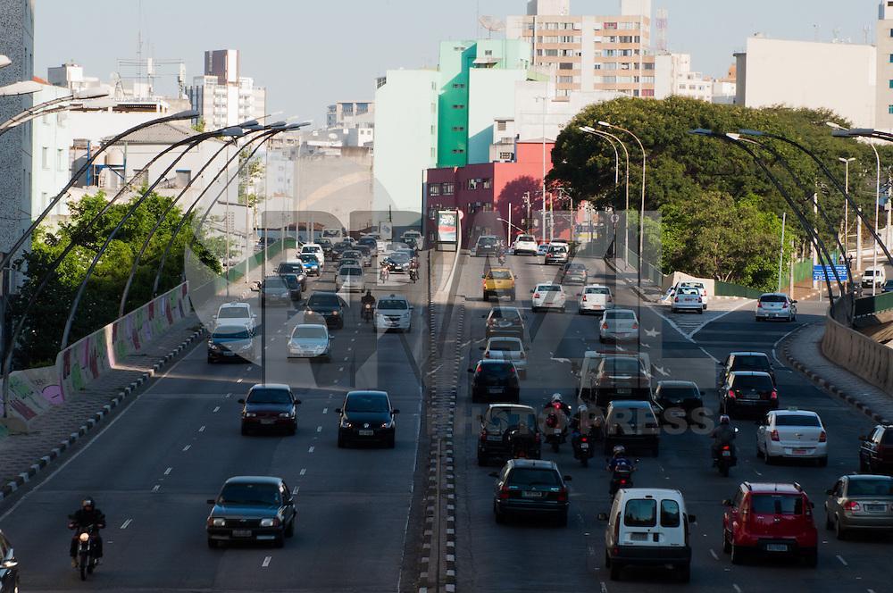 S&Atilde;O PAULO - SP-04,08,2014- TR&Acirc;NSITO CAPITAL/SP - RADIAL LESTE - O motorista trafega com lentid&atilde;o na Radial Leste, ambos sentidos, na regi&atilde;o centro-leste da cidade de S&atilde;o Paulo na tarde dessa segunda-feira,04<br /> (Foto:Kevin David/Brazil Photo Press)