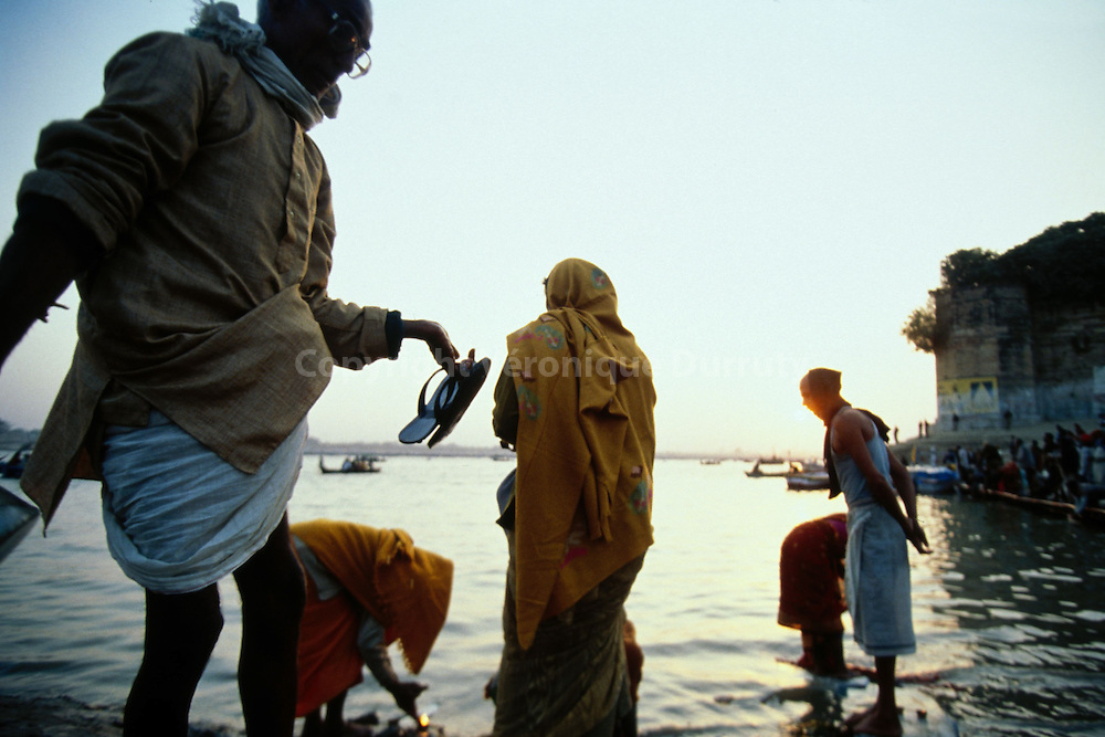 Pilgrims carrying out their ablutions in the Ganges, in Allahabad...pèlerins effectuant leurs ablutions dans le Gange, à Allahabad