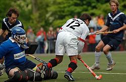 08-05-2005 HOCHEY: PINOKE-AMSTERDAM: AMSTELVEEN<br /> Amsterdam wint met 4-3 van Pinoke. Pinoke speelt door deze uitslag play out wedstrijden. - Paul van Esseveldt omspeelt Bart Holla maar mist de goal<br /> ©2005-WWW.FOTOHOOGENDOORN.NL