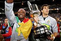 Fotball<br /> Spania<br /> Foto: imago/Digitalsport<br /> NORWAY ONLY<br /> <br /> Copa del Rey 2005/2006<br /> Espanyol v Real Zaragosa<br /> 12.04.2006  <br /> <br /> Espanyol Barcelona gewinnt den Copa del Rey 2006: die Torhüter Carlos Kameni (li.) und Gorka Iraizoz Moreno präsentieren den Siegerpokal