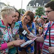 NLD/Maastricht/20140630 - TROS Muziekfeest op het Plein 2014 Maastricht, K3 deelt handtekeningen uit