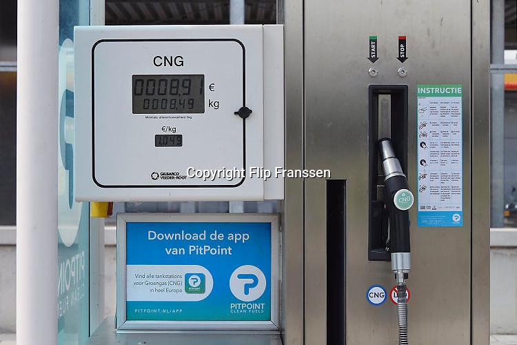 Nederland, the Netherlands, Arnhem, 26-7-2017Bij een tankstation staat een pomp voor vloeibaar aardgas, CNG.Foto: Flip Franssen