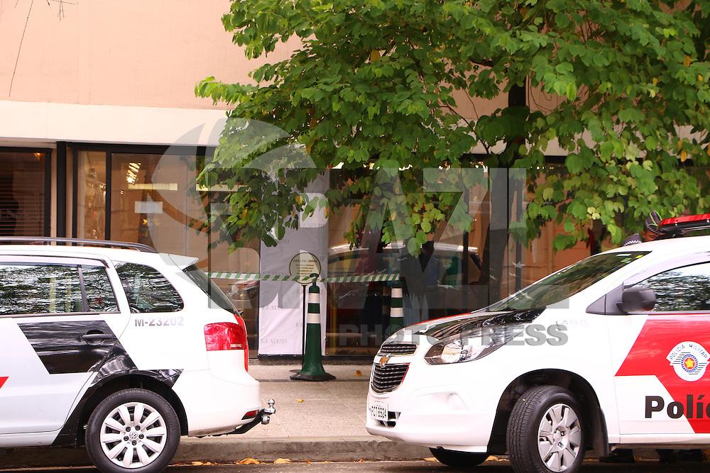 SÃO PAULO, SP - 04.02.2016: ASSALTO-SP - Tiros foram disparados dentro do Shopping Iguatemi, em Pinheiros (zona oeste de SP), no início da tarde desta quinta-feira (4) após uma tentativa de assalto à joalheria Amsterdam Sauer, especializada em diamantes e outras pedras preciosas. Os suspeitos tentaram sair pela saída de emergência de uma loja de esportes (Bayard), mas foram impedidos pelos vendedores e dispararam contra uma porta de vidro para fugir. (Foto: Victor Abex/Brazil Photo Press)