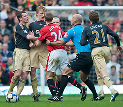 21.03.2010, Old Trafford, Manchester, ENG, PL, Manchester United vs Liverpool FC im Bild Manchester United's Darren Fletcher wird von Schiedsrichter Howard Webb nach einer Attacke an Liverpool's Dirk Kuyt zurückgehalten, EXPA Pictures © 2010, PhotoCredit: EXPA/ Propaganda/ D. Rawcliffe / SPORTIDA PHOTO AGENCY
