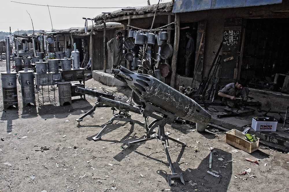 AFG01-20011026-JABAL OS SARAJE, AFGHANISTAN: A vendor shows the possibilities of the missile system, consructed from different parts on the market place in Jabal os Saraje, 26 October, 2001. EPA PHOTO/SERGEI ILNITSKY