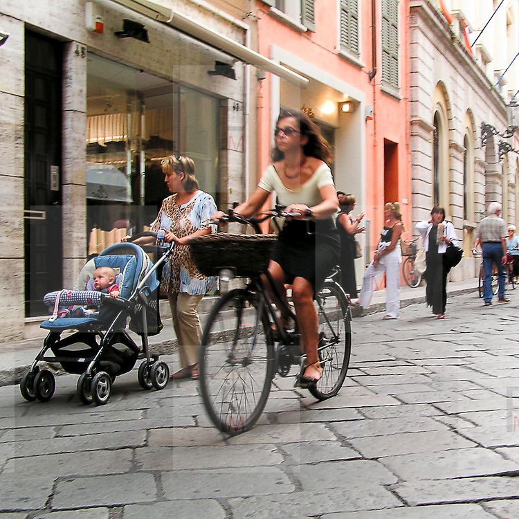 Festivaletteratura offers five days of readings, meetings with writers and shows. Since 1997 Festivaletteratura has become a regular rendez-vous for book lovers to meet writers, and actors in the piazzas and streets of Mantua.<br /> <br /> Bike in old town