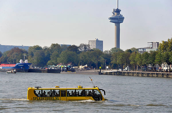 Nederland, Rotterdam, 2-10-2011.De amfibiebus van Splashtours vaart door de Rotterdamse haven. Het is en een bus en boot tegelijk.Foto: Flip Franssen/Hollandse Hoogte