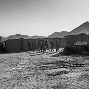 Un gruppo di soldati si appresta ad abbandonare la base per un ispezione