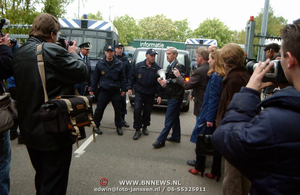 Moord Pim Fortuyn Hilversum, politie lijkauto, mobiele eenheid, me, pers, fotografen