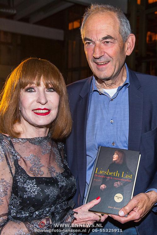NLD/Amsterdam/20171030 - Boekpresentatie biografie van Liesbeth List, Job Cohen overhandigt het eerste exemplaar aan Liesbeth List