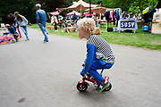Een jongetje probeert een minifietsje uit. In Arnhem vindt in het Sonsbeekpark Velofest plaats, een festival over fietsen, tegelijk met het roodtruck festival Eten op Rolletjes. Het festival is het einde van de internationale conferentie Velo City dat dit jaar in Nijmegen en Arnhem is gehouden. Tijdens het meerdaags congres praten beleidsmedewerkers en de fietsindustrie over het gebruik van de fiets in het dagelijks leven. Daarnaast zijn er tal van fietsgerelateerde activiteiten.<br /> <br /> In Arnhem the bike festival Velofest is held, as end of  the bike related congress Velo City 2017 that was hosted in Arnhem and Nijmegen. From all over the world people come to talk about the use of the bicycle as a way of transportation.