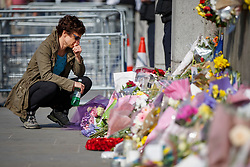 © Licensed to London News Pictures. 27/03/2017. London, UK. Members of public pay their respects to the victims of Westminster terror attack outside the Houses of Parliament in London on Monday, 27 March 2017. Photo credit: Tolga Akmen/LNP