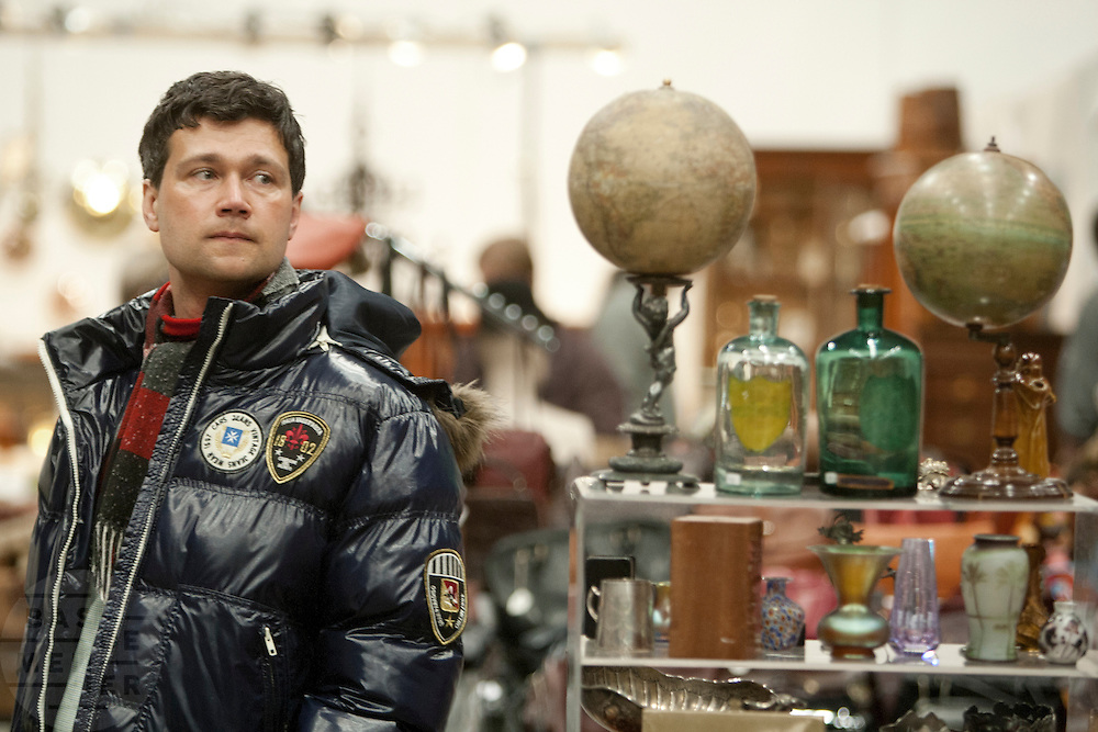 Bezoekers van de Verzamelaarsjaarbeurs in de Jaarbeurs in Utrecht struinen stands af op zoek naar nieuwe spullen voor hun verzameling.<br /> <br /> Visitors of the collectors fair are searching at stands for new items for their collection.