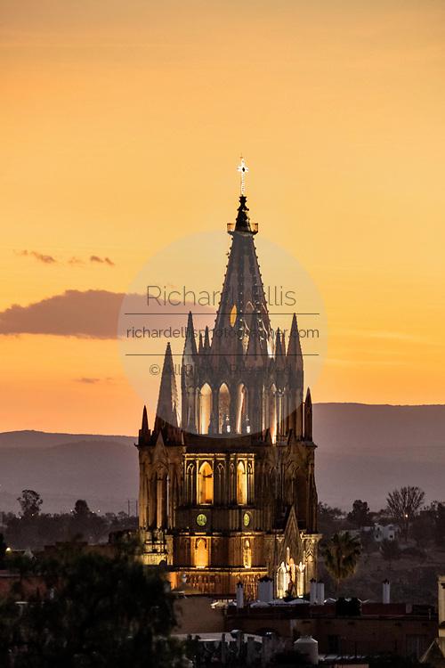 Sunset over the iconic Parroquia de San Miguel Arcangel in the historic center of San Miguel de Allende, Guanajuato, Mexico.