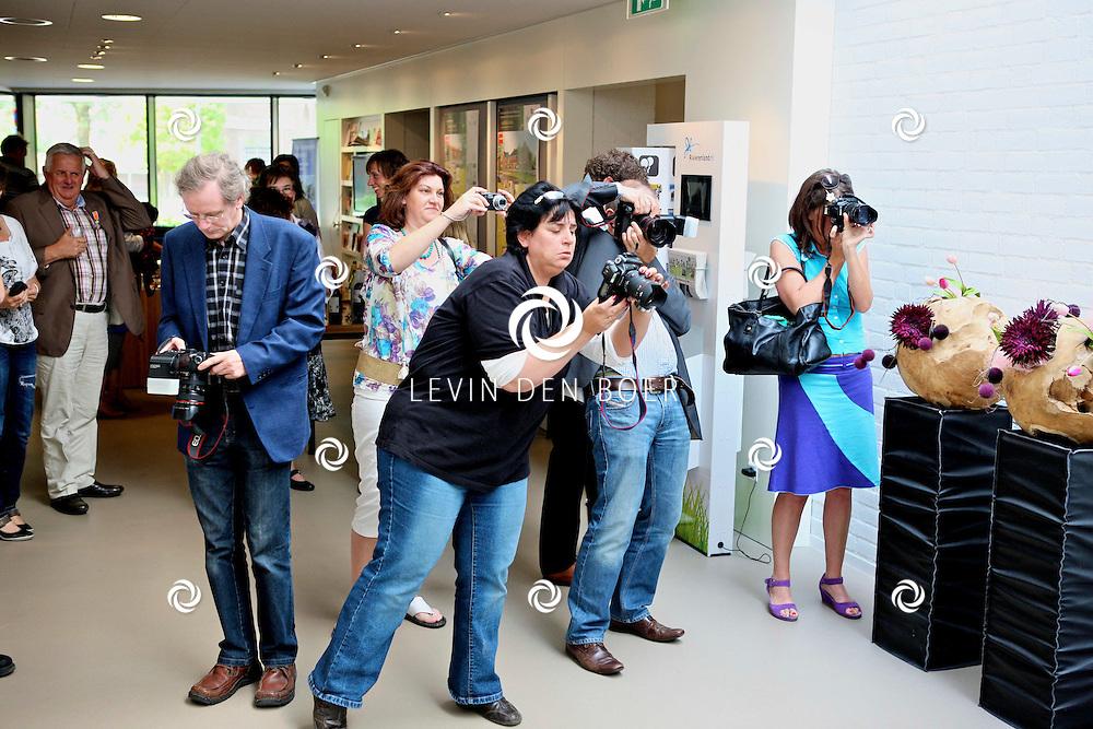 KERKDRIEL - Op het gemeente huis mochten alle genodigden die vandaag van de burgemeester een lintje hadden gekregen op de foto. FOTO LEVIN DEN BOER - PERSFOTO.NU
