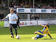FODBOLD: Edonis Emini (NB Bornholm) sætter en tackling ind på Kienn Jensen (Helsingør) under kampen i Danmarksserien, pulje 1, mellem Elite 3000 Helsingør og NB Bornholm den 30. august 2009 på Helsingør Stadion. Foto: Claus Birch