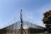 Nederland, Nijmegen, 29-6-2005..Hek en bewakingscamera bij de Pompekliniek. Verlof, proefverlof, tbs inrichting, kliniek, psychiatrie, zwaar geweldsmisdijf, moord, moordenaar, behandeling, ontsnappen, ontsnapping, maatschappelijke onrust. ..Foto: Flip Franssen/Hollandse Hoogte