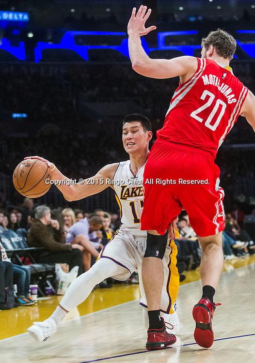1月25日,洛杉磯湖人隊後衛林書豪(17) 在比賽中在比賽中帶球突破。當日,在2014-2015賽季NBA常規賽中,洛杉磯湖人隊主場以87比99不敵休斯頓火箭。(新華社發 趙漢榮攝)<br /> Los Angeles Lakers guard Jeremy Lin (17) dribbles against Houston Rockets forward Donatas Motiejunas (20) during their NBA game at Staples Center in Los Angeles, California on January 25, 2015 . Rockets defeated Lakers 99-87. (Xinhua/Zhao Hanrong)<br /> Photo by Ringo Chiu/PHOTOFORMULA.com)