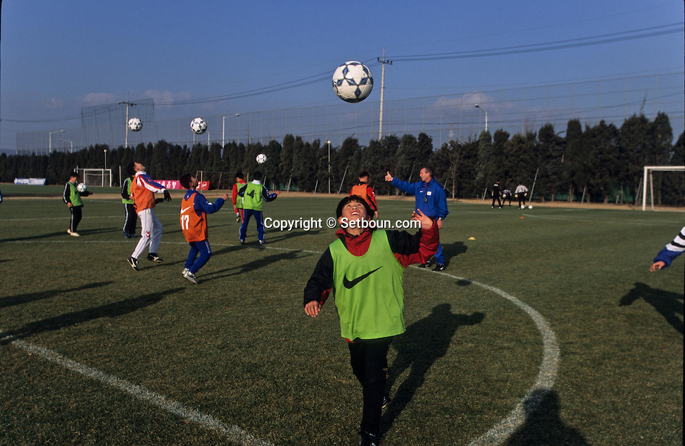 Football in south korea///Football en coree du sud///entraînement. jeune sélection de footballeurs de 12 ans. coach hollandais Abraham BRAAM stade de Missari  seoul  coree  entraînement. jeune sélection de footballeurs de 12 ans. coach hollandais Abraham BRAAM stade de Missari  seoul  coree  ///R20136/    L0006895  /  P105219