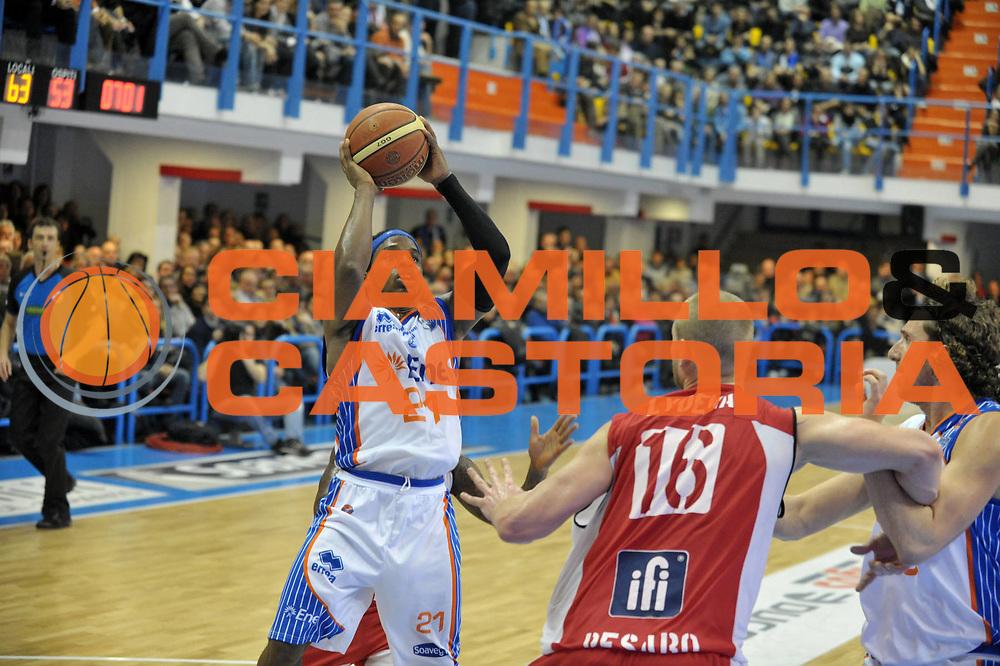 DESCRIZIONE : Brindisi Lega A 2010-11 Enel Brindisi Scavolini Siviglia Pesaro<br /> GIOCATORE : Bobby Dixon<br /> SQUADRA : Enel Brindisi  <br /> EVENTO : Campionato Lega A 2010-2011<br /> GARA : Enel Brindisi Scavolini Siviglia Pesaro  <br /> DATA : 02/01/2011<br /> CATEGORIA : tiro    <br /> SPORT : Pallacanestro <br /> AUTORE : Agenzia Ciamillo-Castoria/D.Tasco<br /> GALLERIA: Lega Basket 2010 -2011<br /> FOTONOTIZIA: Brindisi Basket Serie A 2010-11 Enel Brindisi Scavolini Siviglia Pesaro<br /> PREDEFINITA: