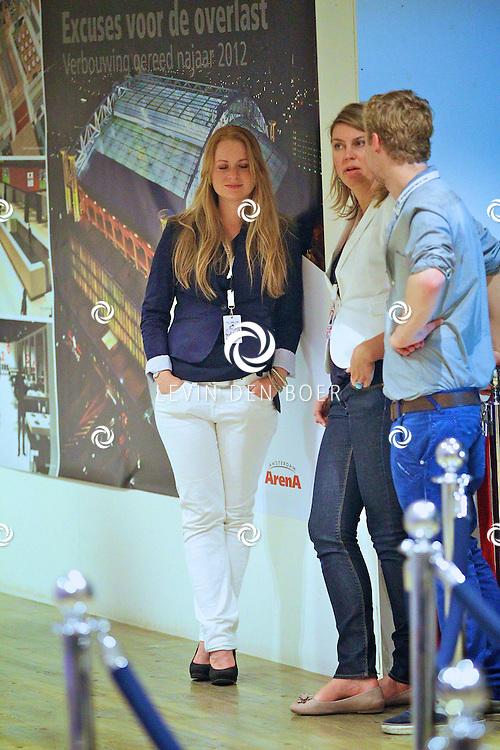 AMSTERDAM - Na het grote Toppers concert mochten de VIPS over de rode loper naar het VIP feest.  Met op de foto Esther Doornewaard. FOTO LEVIN DEN BOER - PERSFOTO.NU