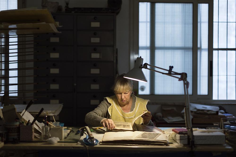 visione di un libro prima di iniziare il restauro<br /> <br /> check the status of paper storage