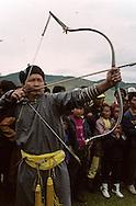 Mongolia. small naadam, archery  Ik Uul Sum      /  petit naadam.  Tir à l'arc   Ih Uul Sum  Mongolie  L'arc tendu. Le tir à l'arc (sur qarvaq) est l'un des  - trois jeux virils -  (er kuni gurvan naadam) avec la lutte et la course de chevaux. L'arc est en melèze et la corde provient d'un tendon étiré et torsadé d'un jeune taureau âgé de trois ans. La flèche est faite en bois de saule avec des ailerons en plume de vautour, tandis que la tête est recouvert d'un cône arrondi en os pour la compétition. (Sum de IK UUL, dans l'aymag de ZAVQAN,  /  R35/36     a  /  P0007369
