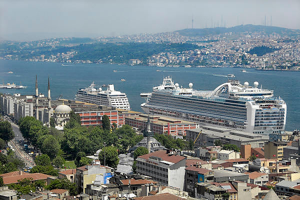 Turkije, Istanbul, 2-6-2011Cruiseschip in de haven van Istanboel. Varend hotel. Cruises door de Middelandse zee. Ruby Princess. Voor deze gigant ligt een kleiner cruiseschip, de Azamara quest.Cruiseship in the harbour of Istanbul. Floating hotel.Foto: Flip Franssen