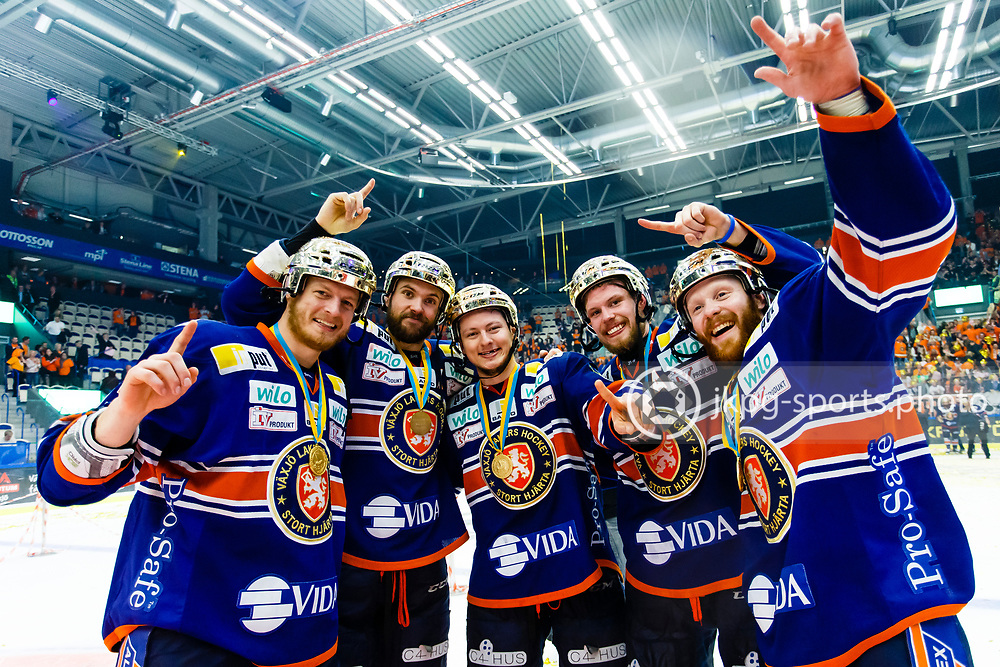 150423 Ishockey, SM-Final, V&auml;xj&ouml; - Skellefte&aring;<br /> Bibelstudiegruppen med Teemu Laakso, V&auml;xj&ouml; Lakers Hockey, Noah Welch, Rhett Rakhshani, Nick Johnson och Liam Reddox jublar och g&ouml;r &quot;one way&quot; tecknet.<br /> &copy; Daniel Malmberg/Jkpg sports photo