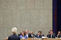 Nederland. Den Haag, 26 oktober 2010.<br /> De Tweede Kamer debatteert over de regeringsverklaring van het kabinet Rutte.<br /> Het kabinet luistert naar PVV leider Geert Wilders<br /> Kabinet Rutte, regeringsverklaring, tweede kamer, politiek, democratie. regeerakkoord, gedoogsteun, minderheidskabinet, eerste kabinet Rutte, Rutte1, Rutte I, debat, parlement<br /> Foto Martijn Beekman