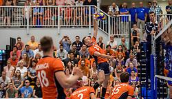 28-08-2016 NED: Nederland - Slowakije, Nieuwegein<br /> Het Nederlands team heeft de oefencampagne tegen Slowakije met een derde overwinning op rij afgesloten. In een uitverkocht Sportcomplex Merwestein won Nederland met 3-0 van Slowakije / Robbert Andringa #18, Sjoerd Hoogendoorn #21, Dirk Sparidans #5