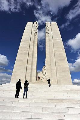 Frankrijk, 12-5-2013Serie over de slagvelden aan de Somme in noord frankrijk, de artois en picardie. Het slagveld bevindt zich ruwweg in de driehoek gevormd door de Franse steden Albert, Bapaume en Péronne. Het Canadian National Vimy Memorial, zoals het monument officieel heet, is gewijd aan de herinnering aan 60.000 gesneuvelde Canadezen in WO1. Het monument beslaat een terrein van 107 hectaren, grotendeels met bomen beplant. Van de tunnels en loopgraven is een deel bewaard gebleven. Zij maken de bitterheid van de strijd die de Canadezen op 10 april 1917 geleverd hebben om deze heuvelrug in te nemen en zo de weg naar het bezette Arras vrij te maken invoelbaar. Deze overwinning blijft een belangrijk moment in de geschiedenis van het moderne Canada. Foto: Flip Franssen/Hollandse Hoogte
