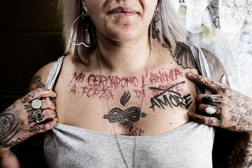 Napoli, Italia - Valentina, ha tatuato una frase di Fabrizio De Andr&egrave; sul petto.<br /> Ph. Roberto Salomone