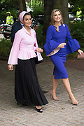 Koningin Maxima bij The Hague Institute for Global Justice met Hare Hoogheid Sheikha Moza bint Nasser uit Qatar, oprichter van de stichting Education Above All en pleitbezorger van de VN ontwikkelingsdoelen. Zij wonen hier het seminar Law, Education and the SDGÕs over bescherming onderwijs in conflictsituaties bij.<br /> <br /> Queen Maxima at The Hague Institute for Global Justice with Her Highness Sheikha Moza binds Nasser from Qatar, founder of the Education Above All Foundation and advocate of UN development goals. They attend the Law, Education and the SDGÕ seminar on protection of education in conflict.<br /> <br /> Op de foto / On the photo:  Koningin Maxima en Sheikha Moza bint Nasser / Queen Maxima and Sheikha Moza bint Nasser