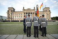 20 JUL 2008, BERLIN/GERMANY:<br /> Feierliches Geloebnis von Rekruten des Wachbataillons der Bundeswehr auf dem Platz der Republik vor dem Reichstagsgebaeude<br /> KEYWORDS: Soldat, Soldaten, Deutscher Bundestag, Oeffentliches Geloebnis, Öffentliches Gelöbnis, Vereidigung, Rekrutengelöbnis, Reichstag, Reichstagsgebäude<br /> IMAGE: 20080720-01-031