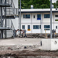 Nederland, Amsterdam, 10 mei 2016.<br /> Op voormalige sportpark Riekerhaven worden woningen gebouwd voor zo'n 500 studenten en  jonge vluchtelingen.<br /> <br /> On former sportspark Riekerhaven houses will be built for about 500 students and young refugees.<br /> <br /> Foto: Jean-Pierre Jans