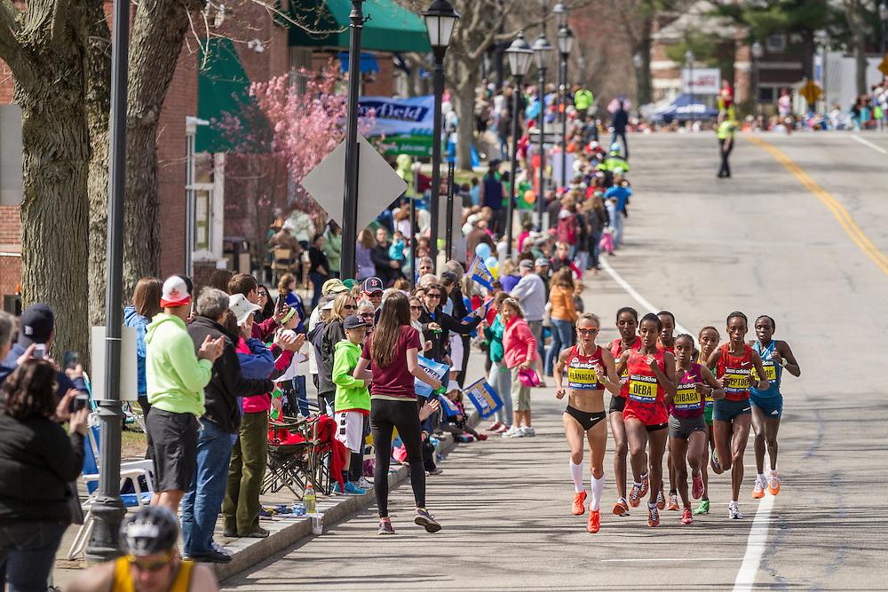 2014 Boston Marathon: Shalane Flanagan leads pack near mile 14