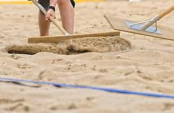 17-07-2014 NED: FIVB Grand Slam Beach Volleybal, Apeldoorn<br /> Poule fase groep A mannen - Reinder Nummerdor (1), Steven van de Velde (2) NED, Chaim Schalk (1), Ben Saxton (2) CAN / item, crew, vegen