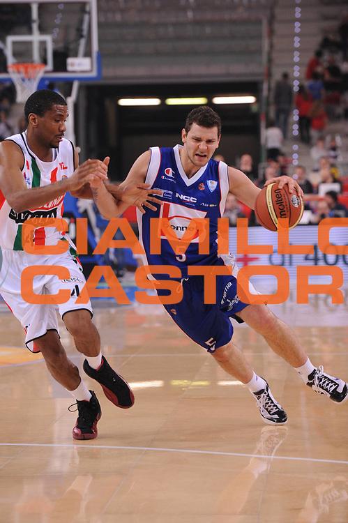 DESCRIZIONE : Torino Coppa Italia Final Eight 2012 Semifinale Scavolini Siviglia Pesaro Bennet Cantu<br /> GIOCATORE : Vladimir Micov<br /> CATEGORIA : palleggio<br /> SQUADRA : Bennet Cantu<br /> EVENTO : Suisse Gas Basket Coppa Italia Final Eight 2012<br /> GARA : Scavolini Siviglia Pesaro Bennet Cantu <br /> DATA : 18/02/2012<br /> SPORT : Pallacanestro<br /> AUTORE : Agenzia Ciamillo-Castoria/M.Marchi<br /> Galleria : Final Eight Coppa Italia 2012<br /> Fotonotizia : Torino Coppa Italia Final Eight 2012 Semifinale Scavolini Siviglia Pesaro Bennet Cantu<br /> Predefinita :
