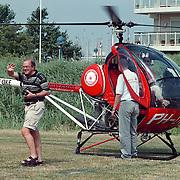 Jaap van Witzenburg directeur Dacostaschool Huizen krijgt als kado een helicopter rondvlucht