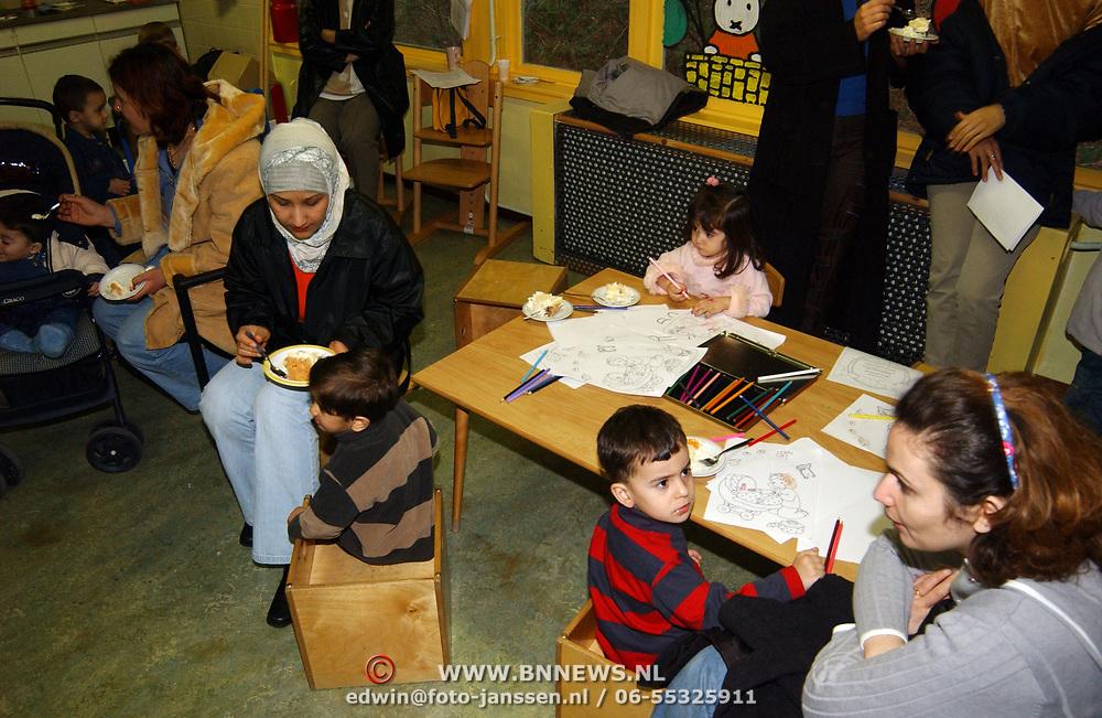 Heropening peuterspeelzaal AZC Crailo Laren, allochtonen, asielzoekers, asielzoekster, kind, kinderen, spelen, tekenen, schilderen