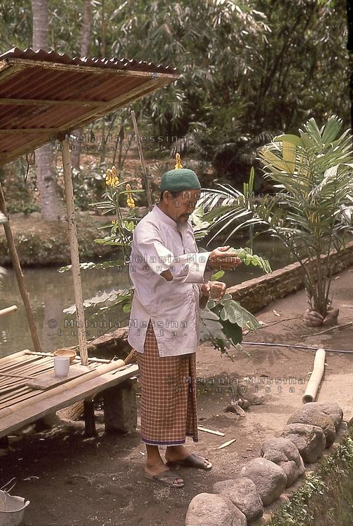 Indonesia, Java island: The dukun (curer) uses healing techniques, including reciting passages from the Koran.<br /> Indonesia; Giava: il dukun (guaritore) usa la recita dei versi del Corano anche come tecnica di guarigione.