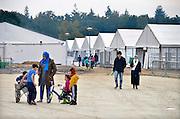 Nederland, the Netherlands, Nijmegen, 4-11-2015 Kamp, tentenkamp Heumensoord, de tijdelijke noodopvang, azc, van het COA. Plaats voor 3000 asielzoekers. Mensen wandelen buiten. Door de zachte winter is het in de tenten nog niet zo koud. FOTO: FLIP FRANSSEN