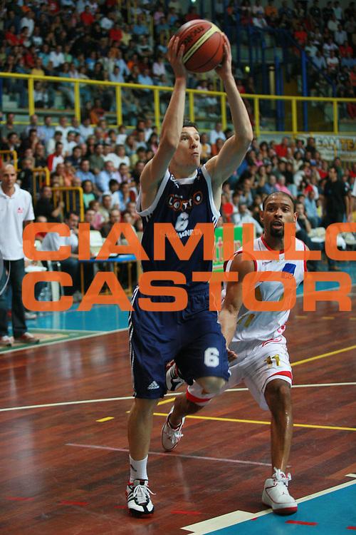 DESCRIZIONE : Busto Arsizio Precampionato Lega A1 2006 2007 Trofeo Dream Team Armani Jeans Milano Lottomatica Roma<br />GIOCATORE : Ilievski<br />SQUADRA : Lottomatica Roma<br />EVENTO : Precampionato Lega A1 2006 2007 Trofeo Dream Team Armani Jeans Milano Lottomatica Roma<br />GARA : Armani Jeans Milano Lottomatica Roma<br />DATA : 24/09/2006 <br />CATEGORIA :  Passaggio<br />SPORT : Pallacanestro <br />AUTORE : Agenzia Ciamillo-Castoria/S.Ceretti