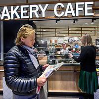 Nederland, Amsterdam, 23 februari 2017.<br /> Bakery cafe van Albert Heijn, een soort van caf&eacute; restaurant binnen Albert Heijn aan het Gelderlandplein in Buitenveldert.<br />Albert Heijn opent de komende maanden in tientallen supermarkten koffiecaf&eacute;s en restaurants waar de klant maaltijden meteen kan opeten.<br /> Het Amsterdamse Gelderlandplein heeft vrijdag de primeur, met de opening van de Deli Kitchen en het Bakery Caf&eacute;.<br /><br />Foto: Jean-Pierre Jans
